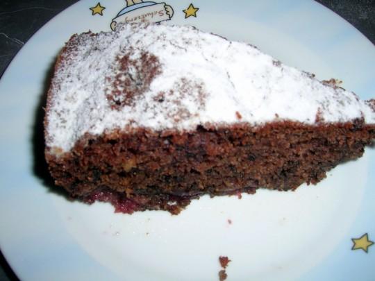 Saftiger Kuchen mit Kirschen, umgeben von lockerem Teig