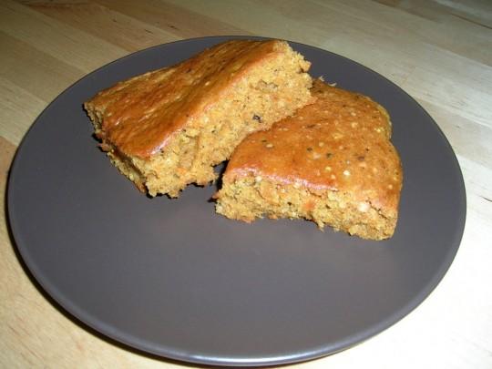 Kernige Karotten-Schnitte, der Vollwertkuchen, der satt macht.
