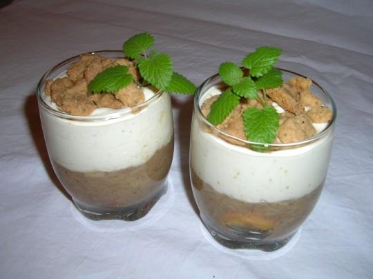 Dessert mit Keksen und Rhabarber, als Topping leckere Streusel