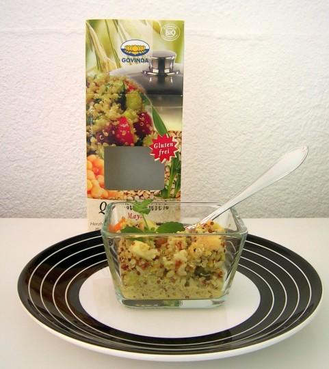 Ein Salat aus Reis, Quinoa und Hirse mit Nüssen und feinem Dressing.