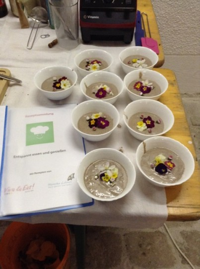Chiapudding mit Blütenmischung, reich an Mineralstoffen