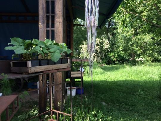 Pflanzenständer und Tische für den eigenen Garten erwerben.